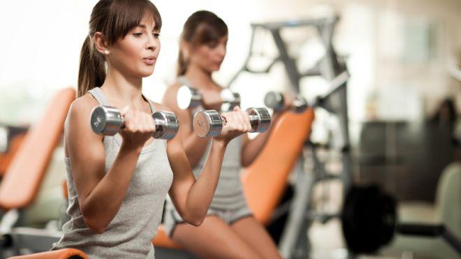 Women lifting weights تقویت عضلات بازو و شانه